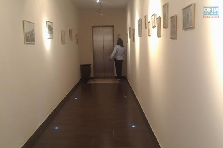 OFIM met en location appartement T3 meublé en centre ville à Mahamasina sécurisé 24h/24 - couloir d'entrée