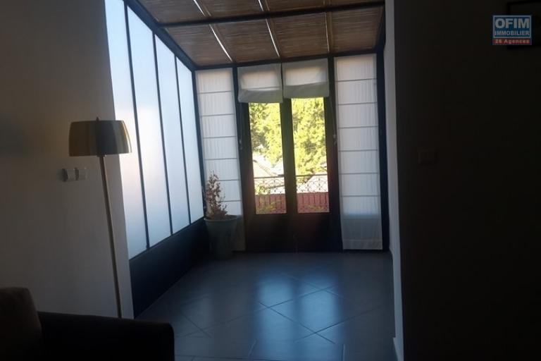 OFIM met en location appartement T3 meublé en centre ville à Mahamasina sécurisé 24h/24 - sortie du salon vers la terasse