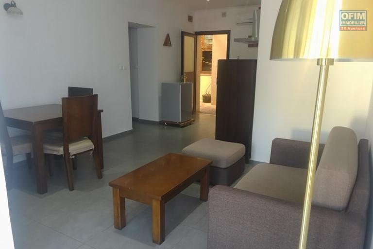 OFIM met en location appartement T3 meublé en centre ville à Mahamasina sécurisé 24h/24 - Salon
