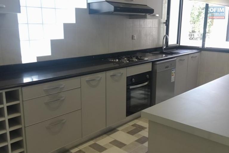 OFIM vous propose un appartement T4 dans une quartier résidentiel Ivandry Ambodivoanjo et sécurisée 24h/24 - cuisine équipée