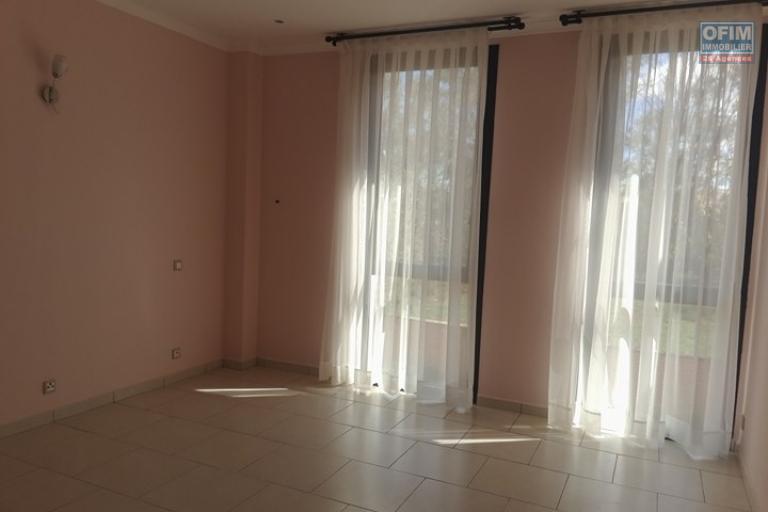 OFIM vous propose un appartement T4 dans une quartier résidentiel Ivandry Ambodivoanjo et sécurisée 24h/24 - Living