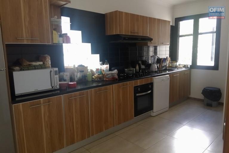 OFIM vous offre un appartement T4 meublé à Ivandry Ambodivoanjo dans une résidence sécurisée et calme - Cuisine équipée
