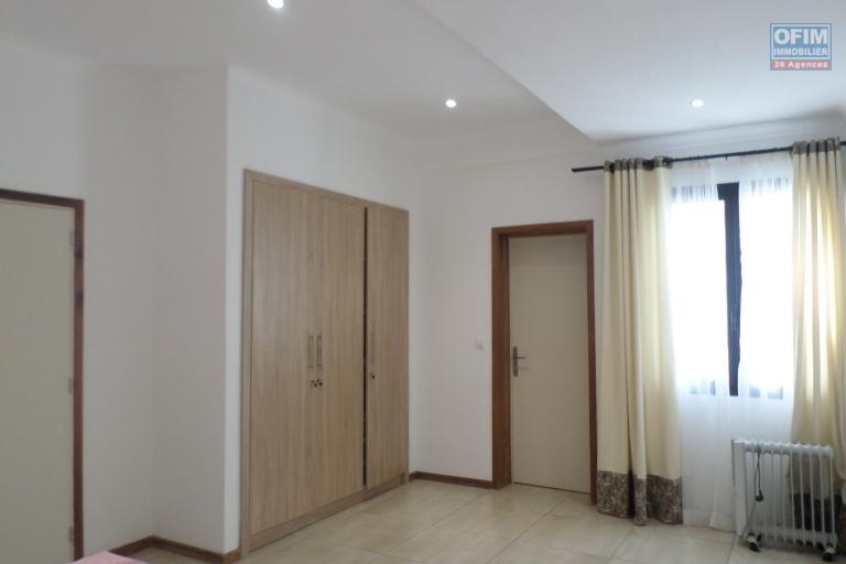 OFIM vous offre un appartement T4 meublé à Ivandry Ambodivoanjo dans une résidence sécurisée et calme - Chambre1