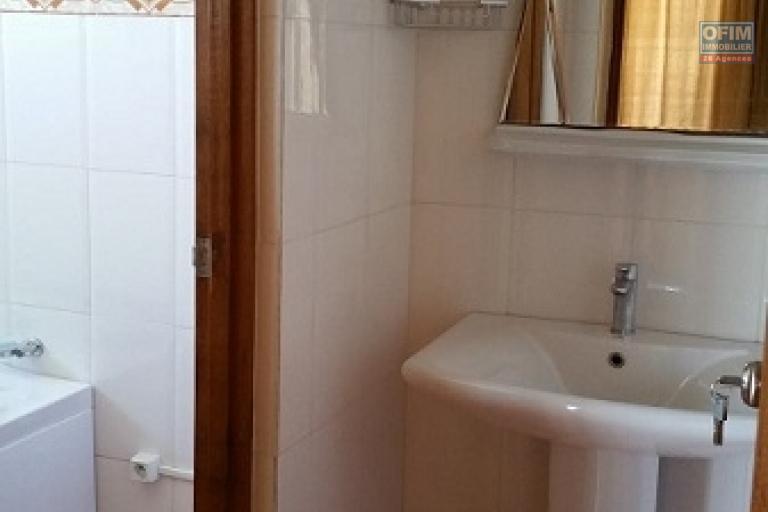 A louer une belle villa meublée à étage de type F7 dans une résidence hautement sécurisée sis à Mandrosoa Ivato à 5 minutes de l'école vision valley