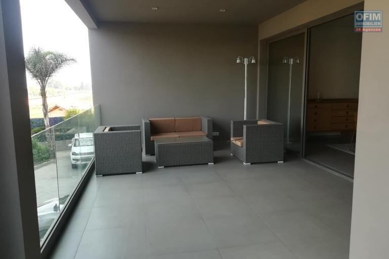 OFIM met en location des appartements T5 de standing fraîchement construits dans une résidence en quartier calme et sécurisé 24/24 avec une vue panoramique. - Terrasse fermée