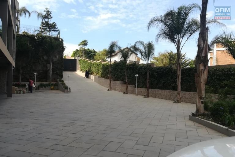 OFIM met en location des appartements T5 de standing fraîchement construits dans une résidence en quartier calme et sécurisé 24/24 avec une vue panoramique. - Parking