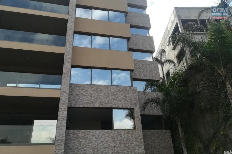 OFIM met en location des appartements T5 de standing fraîchement construits dans une résidence en quartier calme et sécurisé 24/24 avec une vue panoramique. - Façade