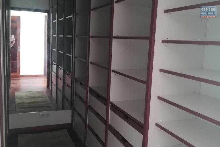 OFIM met en location des appartements T5 de standing fraîchement construits dans une résidence en quartier calme et sécurisé 24/24 avec une vue panoramique. - Dressing