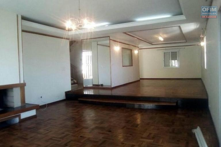 A louer une belle villa à étage F5 avec piscine proche du lycée français à Ambatobe