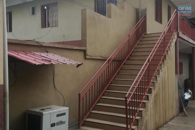 OFIM met à la location deux locales de 230m2 et 60m2 à usage commercial ou bureautique ou stockage selon l'usage du client qui se trouve au BDR d'Antanimora - façade