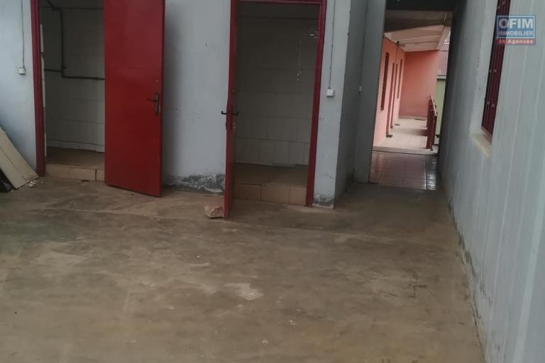 OFIM met à la location deux locales de 230m2 et 60m2 à usage commercial ou bureautique ou stockage selon l'usage du client qui se trouve au BDR d'Antanimora - wc et douche