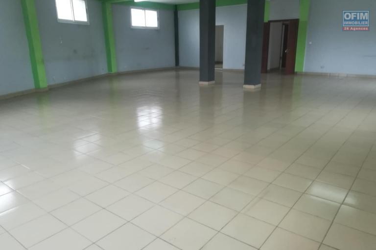 OFIM met à la location deux locales de 230m2 et 60m2 à usage commercial ou bureautique ou stockage selon l'usage du client qui se trouve au BDR d'Antanimora - Grande salle