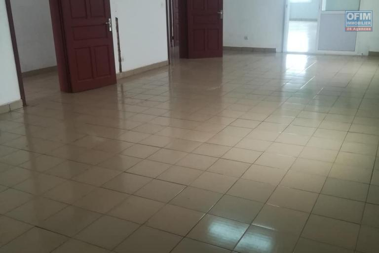 OFIM met à la location deux locales de 230m2 et 60m2 à usage commercial ou bureautique ou stockage selon l'usage du client qui se trouve au BDR d'Antanimora - 2eme pièce