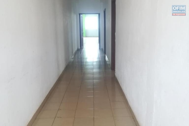 OFIM met à la location deux locales de 230m2 et 60m2 à usage commercial ou bureautique ou stockage selon l'usage du client qui se trouve au BDR d'Antanimora - couloir depuis l'entrée