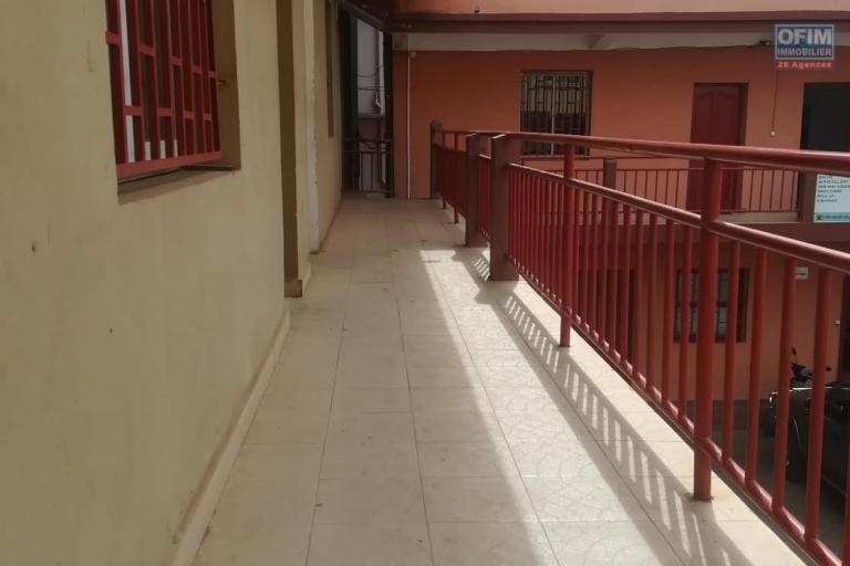 OFIM met à la location deux locales de 230m2 et 60m2 à usage commercial ou bureautique ou stockage selon l'usage du client qui se trouve au BDR d'Antanimora - balcon