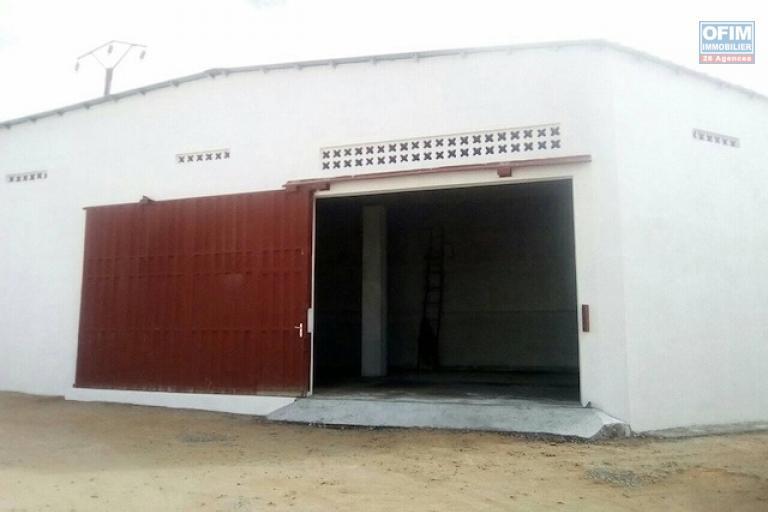 A louer un entrepôt de 300m2 et 1000m2  au bord de route à Ivato