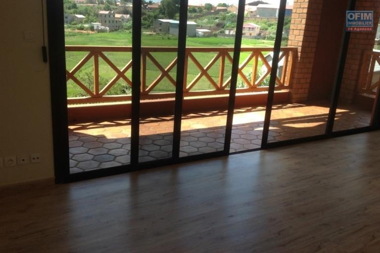 A louer une villa à étage de haut standing type F7 bâtie sur un terrain de 1 000 m² et à 5 minutes de l'aéroport Ivato