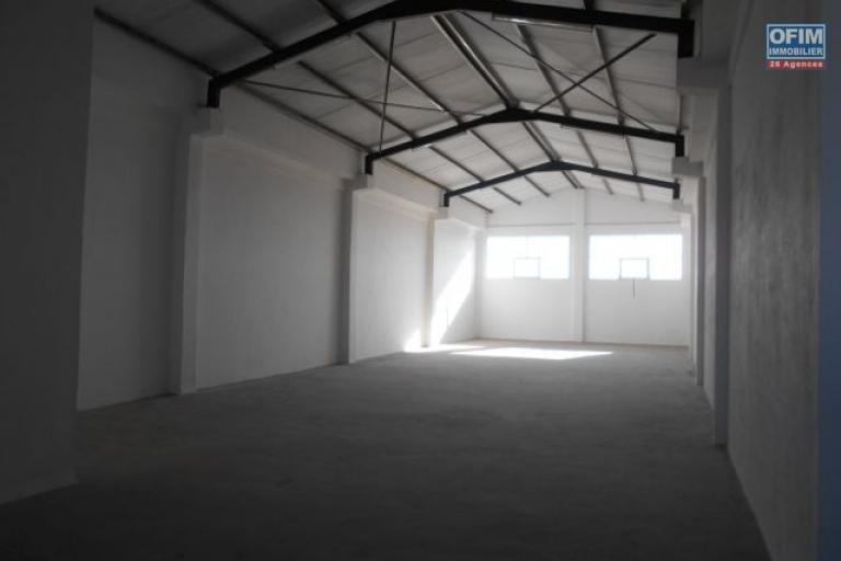 un entrepôt de 500m2 à Anosizato