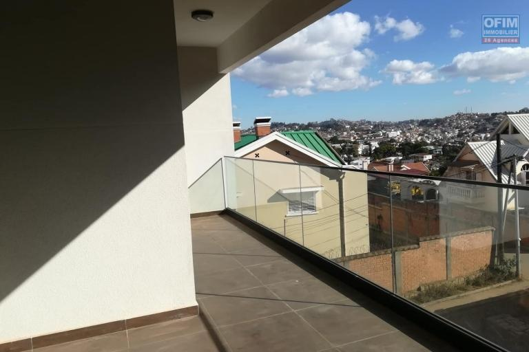 OFIM vous donne une occasion d'avoir deux appartements T4 neufs et moderne au choix dans dans un quartier bien situé, calme et sécurisé d'Ambatobe. - balcon
