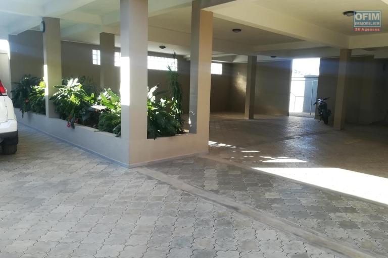 OFIM vous donne une occasion d'avoir deux appartements T4 neufs et moderne au choix dans dans un quartier bien situé, calme et sécurisé d'Ambatobe. - Parking