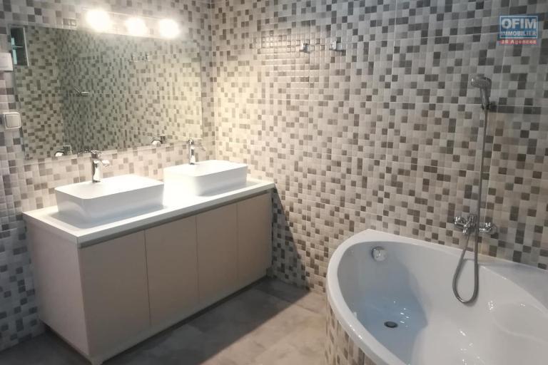 OFIM vous donne une occasion d'avoir deux appartements T4 neufs et moderne au choix dans dans un quartier bien situé, calme et sécurisé d'Ambatobe. - SDB chambre parentale 1