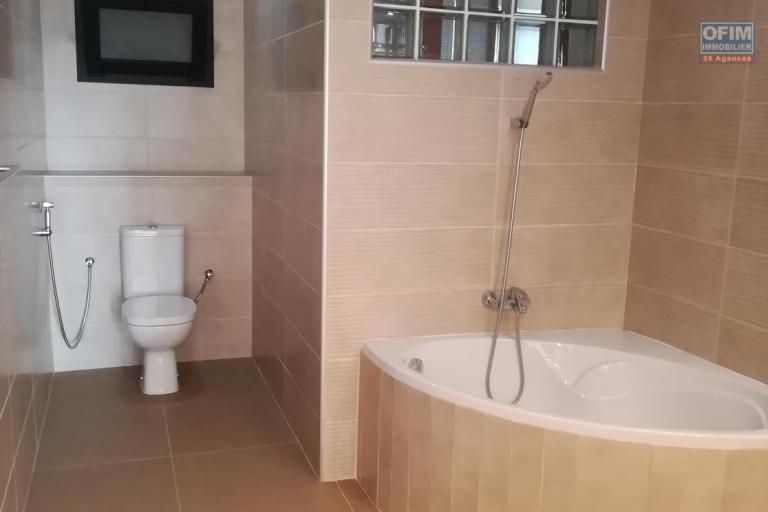 OFIM vous donne une occasion d'avoir deux appartements T4 neufs et moderne au choix dans dans un quartier bien situé, calme et sécurisé d'Ambatobe. - SDB chambre parentale 2