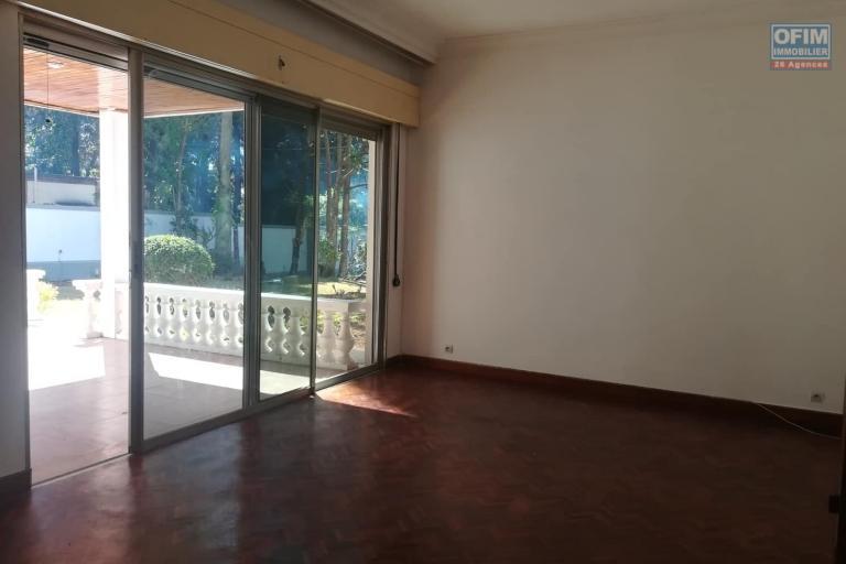 Une villa basse F7 à louer dans un quartier résidentiel Ivandry, près du station Jovena - salle à manger