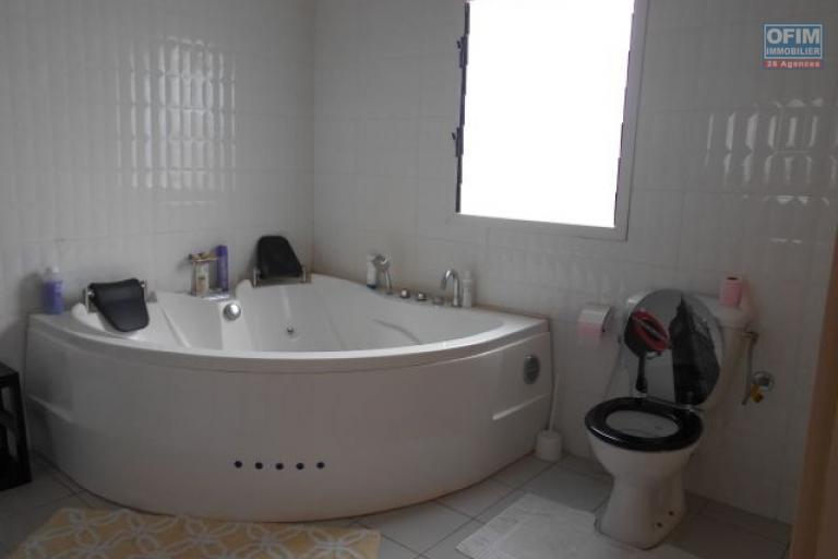 Une villa F5 meublée avec piscine à Alasora