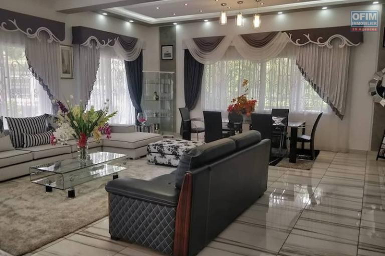 vente grande villa F8 de standing avec piscine  dans une propriété de 4100M2