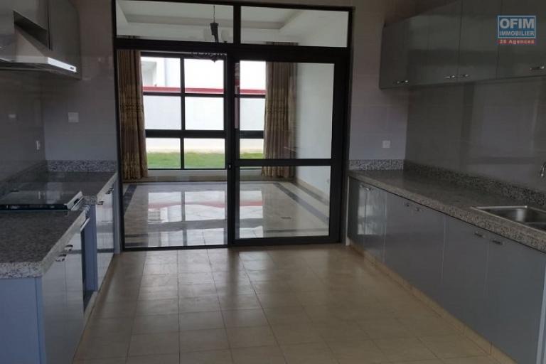 A louer une villa neuve de standing à étage dans une résidence hautement sécurisée fraîchement construite au norme sise à Ambatobe à 5 minutes du Lycée français.
