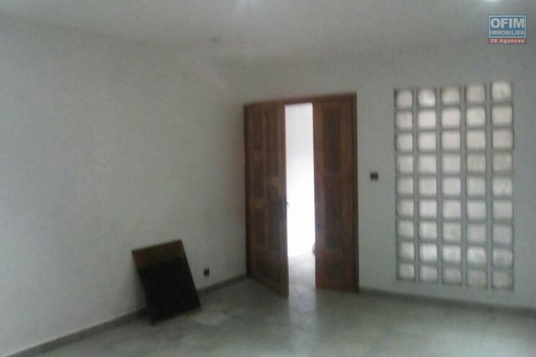 A louer des bureaux au rez de chaussée , 2ème et 3èmé étage d'un immeuble en bord de route à Antsakaviro