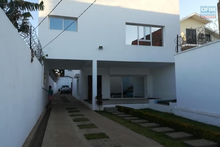 OFIM met en location une Villa neuve et moderne à Soavimasoandro de type F4 qui se trouve à 5min du centre ville.