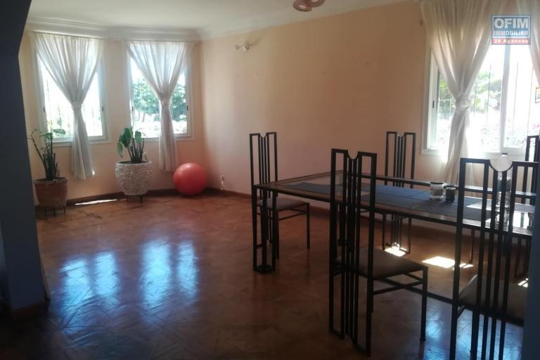 OFIM vous propose une charmante villa spacieuse et bien située car elle est en moins de 15min de la ville.