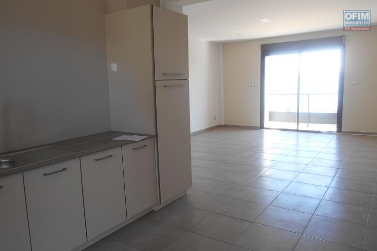 Un appartement T3 neuf avec vue sur le lac Massay à Analamahitsy