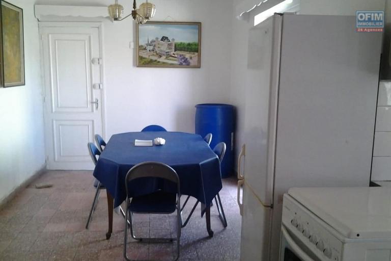OFIM met en location un appartement meublé T3 en moins de 15min du centre ville. Il se trouve plus exactement à Andrefan'Ambohijanahary, près de toutes les commodités (administrations, pharmacies, supermarchés,...ect)