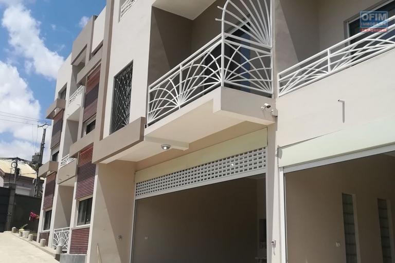 6 appartements T3 et un T6 disponibles en location à Ankerana dans une petite résidence nouvellement bâtie. Il est à 30min de la ville dans un quartier calme.