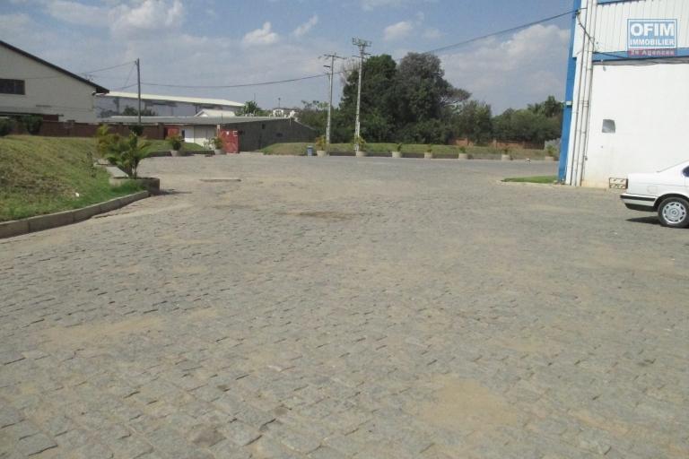 Un local de 250m2 avec mobiliers dans une zone industrielle à Tanjombato