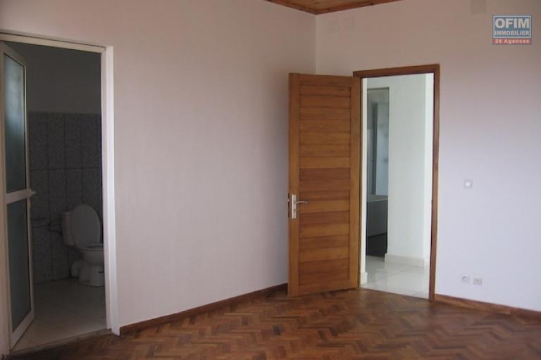 A louer une grande villa à étage F5 neuve se trouvant à deux pas de l'école BIRD à Ambohimiandra