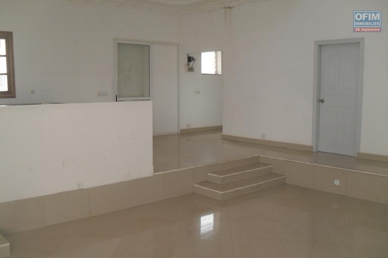A louer une villa à étage F5 dans une résidence sécurisée proche de Shoprite à Talatamaty