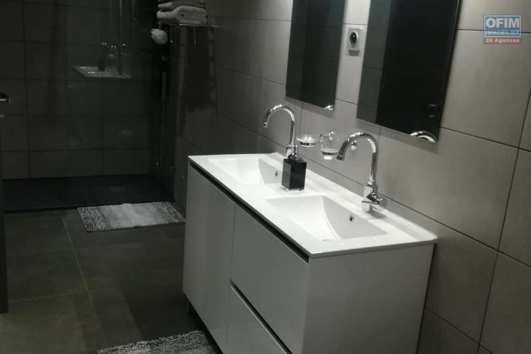 OFIM met en location un appartement T3 meublé dans une résidence sécurisée 24/24 à Ivandry près de toutes les commodités. Il est à 10min du centre ville
