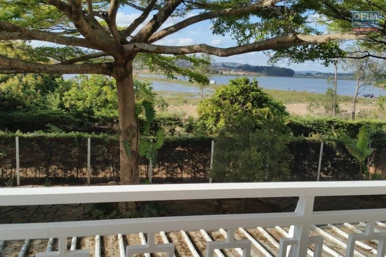 A louer une villa à étage de type F7 pied dans l'eau dans un quartier calme et résidentiel de Talatamaty