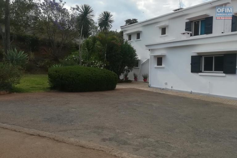 OFIM vous propose une chouette villa à étage sur un terrain de 2000m2 avec un grand jardin et piscine en location dans un quartier serein d'Ambatobe à 5min du Lycée Français.