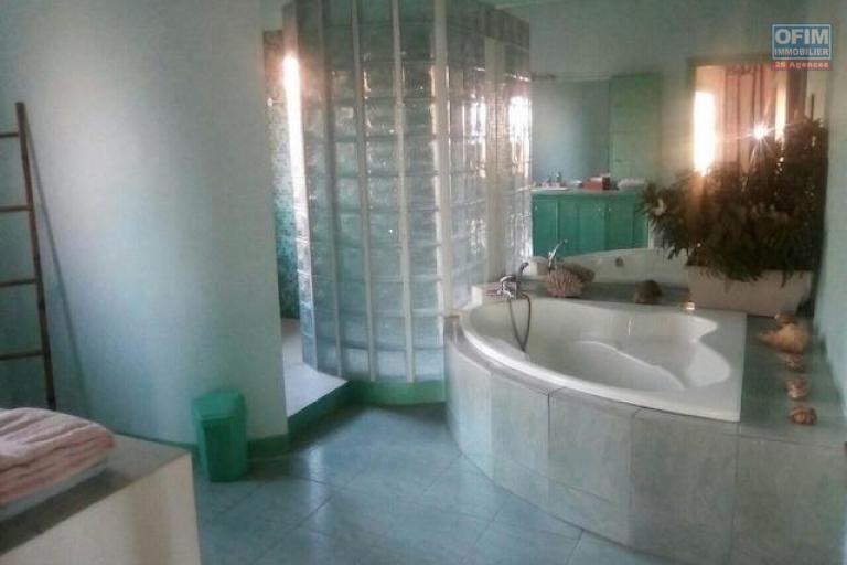 A louer une splendide maison F7 meublée avec une piscine dans un endroit calme et facile d'accès à Ambohidratrimo