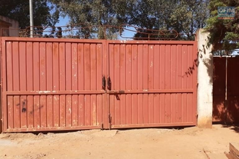 OFIM met en vente une propriété clôturée comprenant 2 maisons sur un terrain de 995m2 à Fitroafana Ivato