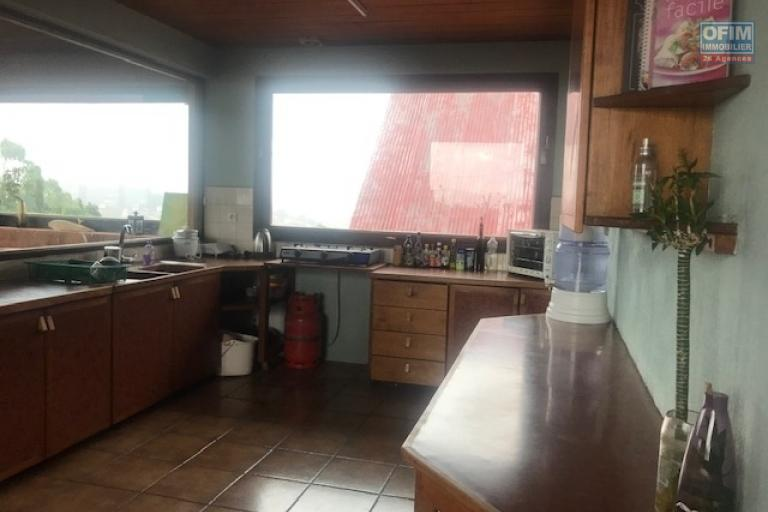Un grand appartement T4 meublé de 340m2 avec vue sur la Haute ville