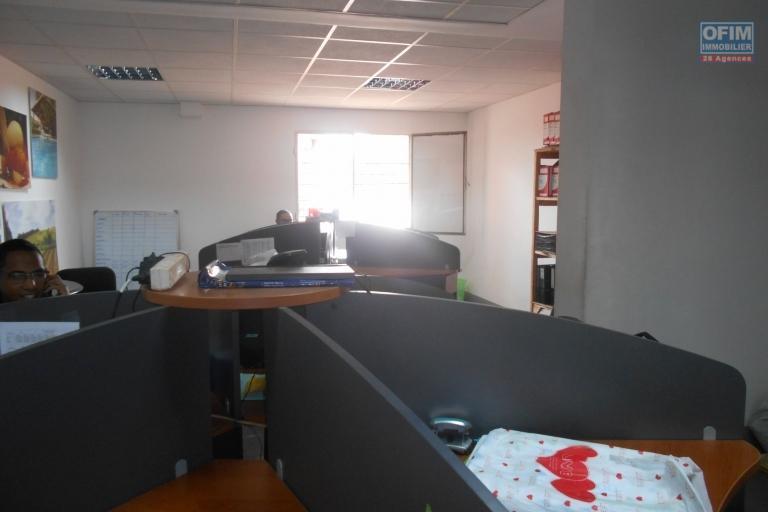 Un bureau de 800m2 bord de route à Mandrosoa Ivato