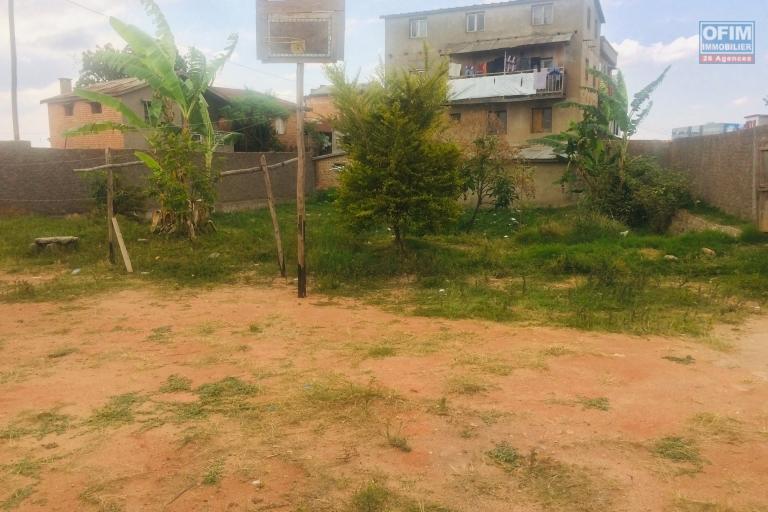 A vendre  un terrain clôturé de 2700 m2 avec une maison  plein centre bord  Ankorondrano