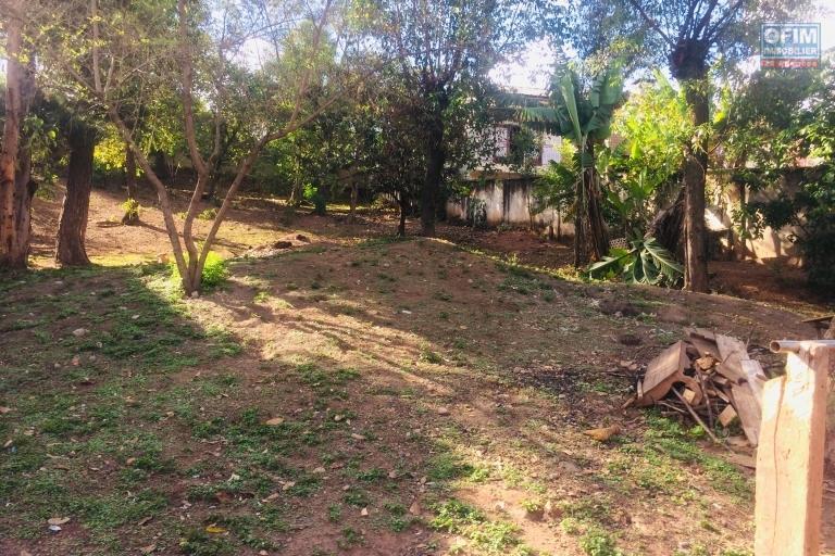A vendre beau terrain très bien placé et viabilisé , clôturé de 1551 m2 à talatamaty