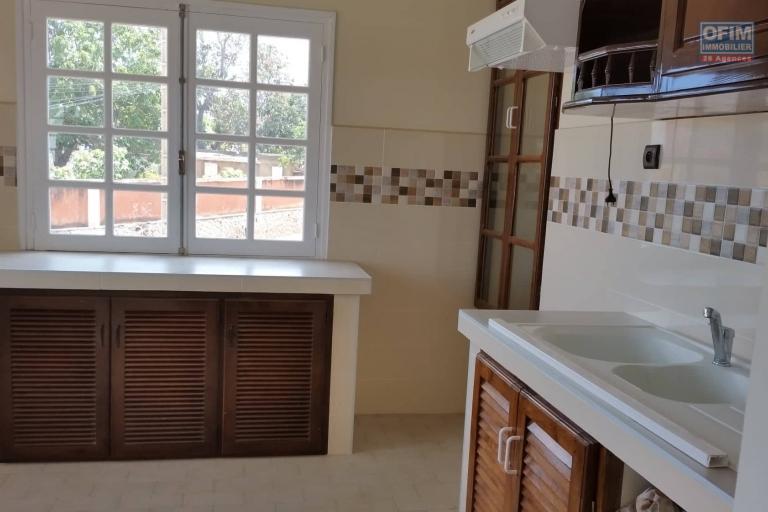 A louer un appartement fraîchement construit de type F3 au rez-de-chaussée d'un bâtiment de R+2 dans un quartier calme et facile d'accès à 10 minutes de l'aéroport Ivato sis à Amboropotsy Talatamaty