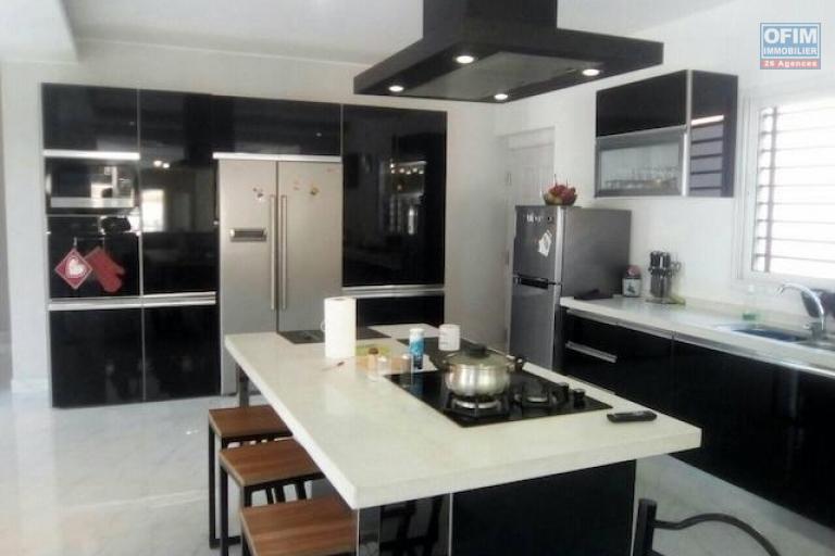 A louer une belle villa à étage F5 dans un endroit calme et résidentiel à Talatamaty